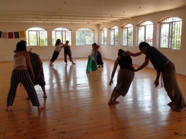 En el marco de la asociatividad construida durante los últimos años entre SINATTAD y Centro Cultural Anandamapu y con el fin de aportar al desarrollo de la danza en la escena nacional y fomentar el acceso a la cultura y las artes a la sociedad civil y a nuestro territorio, se abre la convocatoria para RESIDENCIA ARTISTICA para el 2019 en Centro Cultural Anandamapu. La RESIDENCIA ARTISTICA se desarrollará durante tres meses en las salas de ensayo e infraestructura de Centro Cultural Anandamapu (San Cristóbal 508, esquina calle Caliche, metro Cerro Blanco comuna de Recoleta), con el objeto de poner a disposición de las compañías, coreógrafos e intérpretes afiliados a SINATTAD espacio para desarrollo de ensayo, entrenamiento, clases, creación y funciones de manera gratuita. CONDICIONES DE LA RESIDENCIA: Pueden postular a la residencia compañías de danza independiente (intérpretes y coreógrafos) afiliados a SINATTAD y que NO cuenten con financiamiento de fondos concursables o de instituciones privadas. DURACION: TRES MESES POR COMPAÑÍA (con posibilidad de extensión siempre que el proyecto lo necesite), tres residencias por año. Primera residencia MAYO a JULIO 2019, segunda residencia JULIO a SEPTIEMBRE 2019, tercera residencia OCTUBRE a DICIEMBRE 2019. Horarios de uso de sala: Salas disponible de Lunes a Viernes desde las 9:00 a las 18.00 horas, Sábados desde las 15.00a las 21.00 horas y domingos desde las 10.00 a las 21.00 (horarios condicionados a disponibilidad de salas) RETRIBUCION: Centro Cultural Anandamapu pide como retribución: 1.- Realizar una función con mediación para la comunidad educativa de la escuela básica Victor Cuccuini de la población Quinta Bella de Recoleta, en el marco del proyecto FAE que Centro Cultural Anandamapu desarrolla desde el año 2015. Los detalles de la función serán acordados entre las partes y la compañía recibirá un aporte de $ 200.000 como pago por la realización de la mediación y función. 2.- Realización de 1 actividad cultural abie